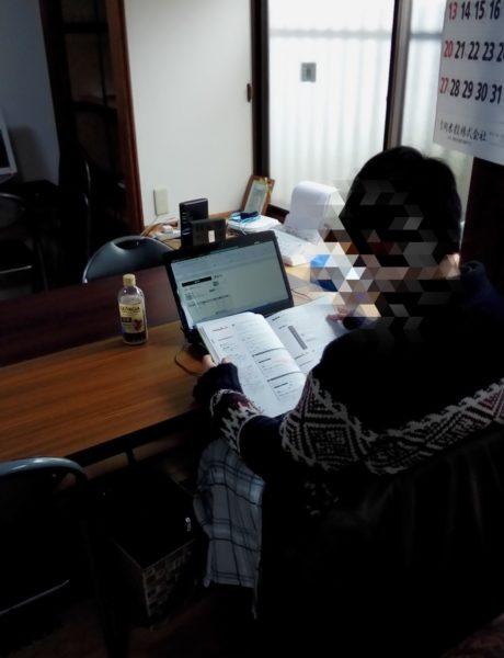 プログラミングの勉強をしている利用者さん